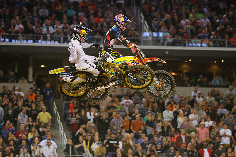 Ryan Dungey (Red Bull KTM) scored the holeshot in Dallas, but on lap three James Stewart (Yoshimura Suzuki Factory Racing) moved by to take the lead.