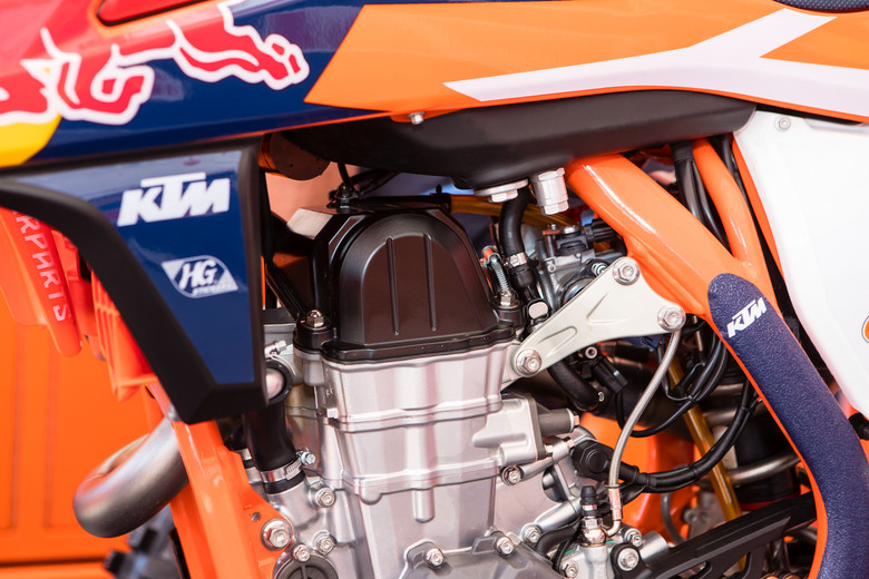 We know this is a pre-lude to the Factory Edition bike we will see for A1 but most have though it's a new chassis, thus the new engine hangers...well, it's not as much of a frame change as we though and more of an engine/induction change.