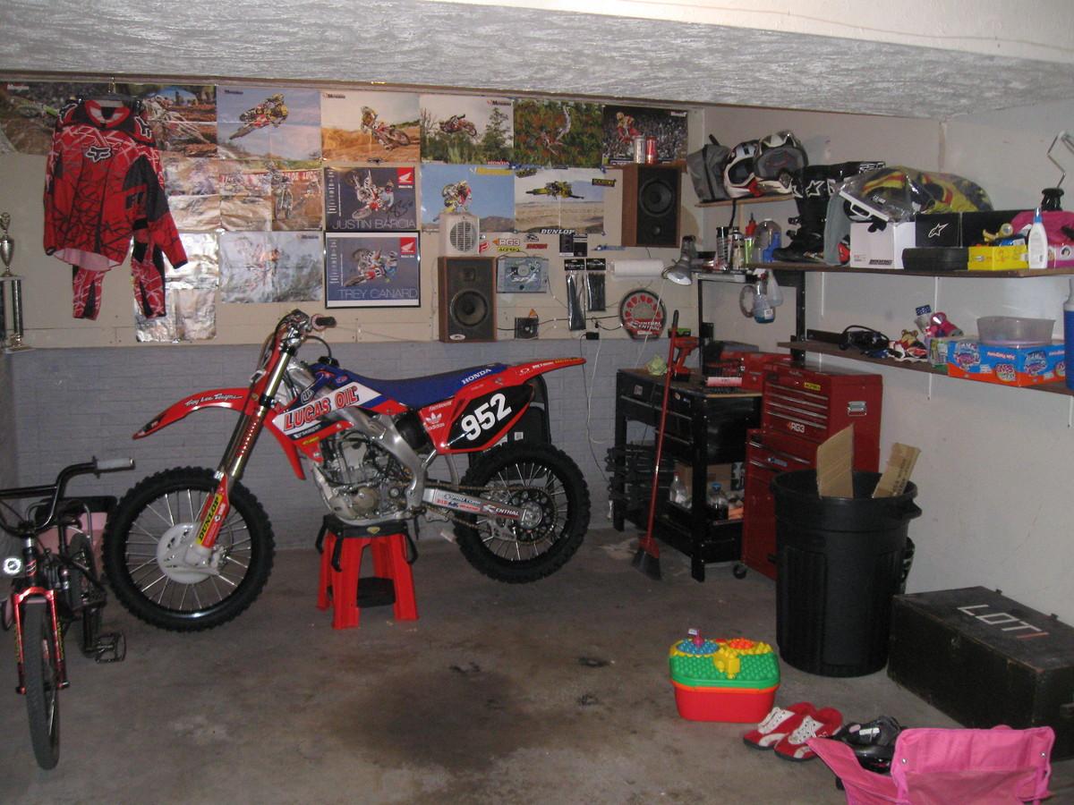 Мотоцикл в гараже фото