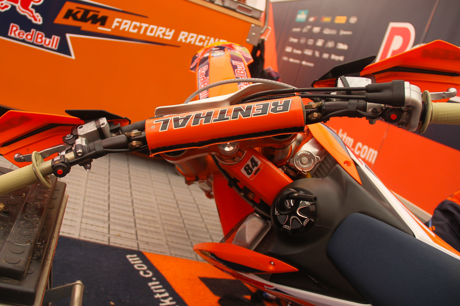 Jeffrey Herlings is one of the few factory level KTM riders we see use Renthal Twinwalls these days, as many have swapped over to the Fatbars.