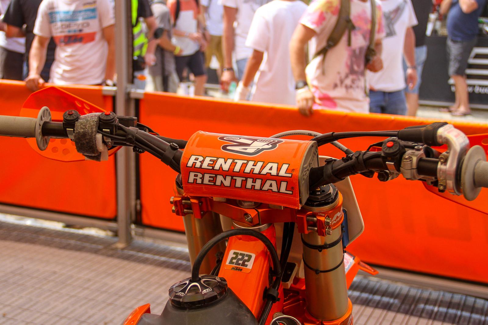 Antonio Cairoli however uses Renthal Fatbars.
