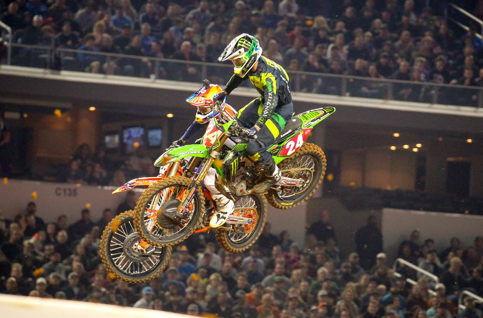 The second 250 heat featured some good action with Jordon Smith and Austin Forkner. Jordon took over the lead shortly after the start and led several laps, but Austin reeled him in. This was like watching a couple of the Alpha dogs in the class trying to assert dominance.