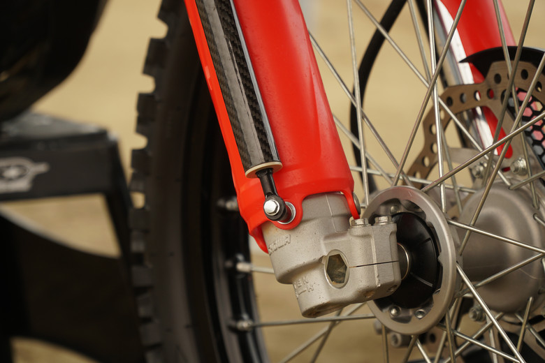 At the bottom, the tracer attaches with a longer fork guard bolt.