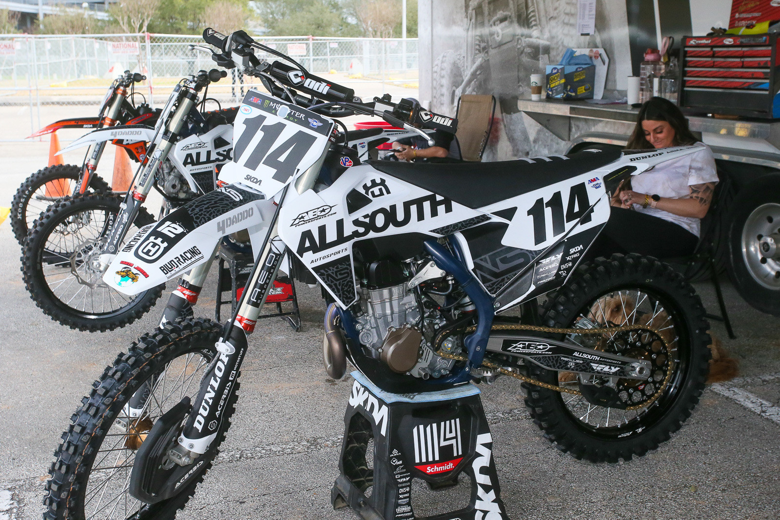 Nearly all of the AllSouth team's bikes use the black/white setup, though there may be an orange version there in the back.