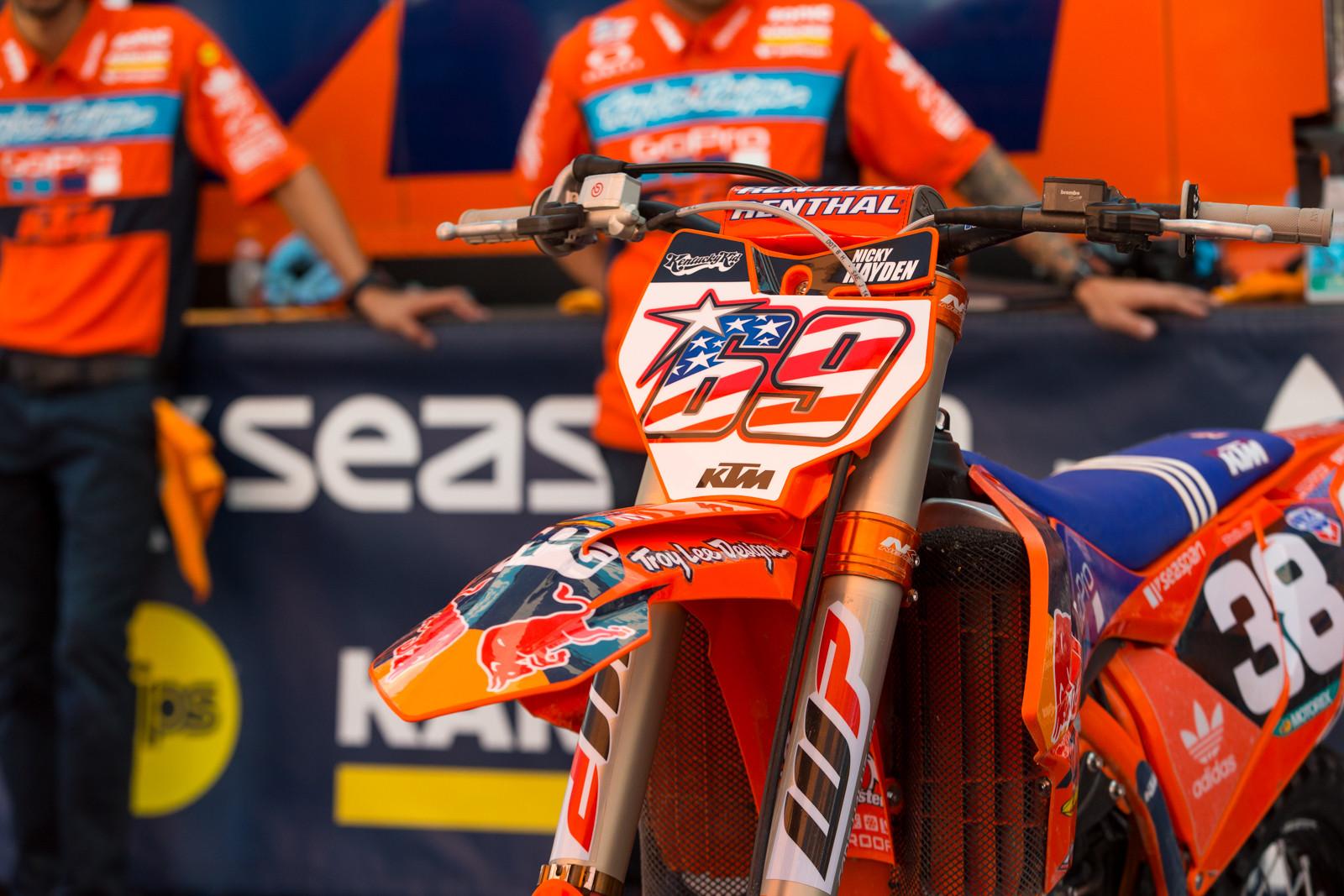 Nicky Hayden Tributes - Vital MX Pit Bits: Glen Helen - Motocross Pictures - Vital MX
