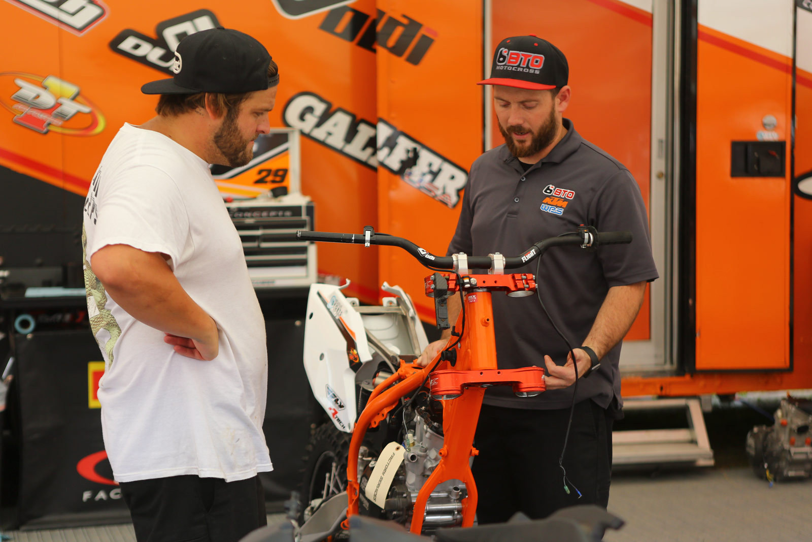 Fill-in Mechanic - Pit Bits: Southwick - Motocross Pictures - Vital MX